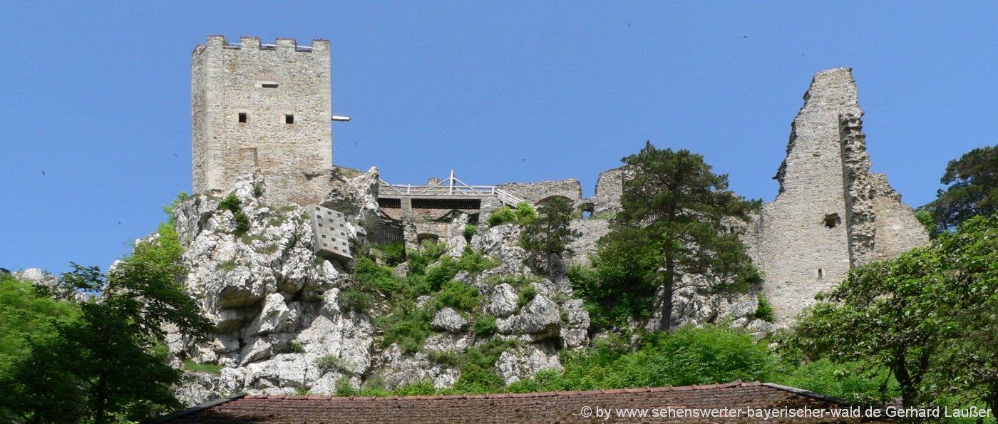 Highlights und Attraktionen im Bayerischen Wald die Burgruine Weissenstein mit tollem Ausblick vom Burgturm
